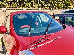 じゅーくに乗って〜らららららん♬(•ө•)♡ スマホで外し方を見ながら。。。 まずは運転席側。 いとも簡単に外れました。 ワイパーゴムの留め金が壊