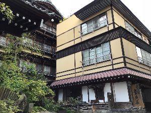 温泉同好会  長野県渋温泉「金具屋」さんの玄関です。 映画「千と千尋」のモデルとされた宿なんですよ。 残念ながら