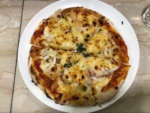 ☆おばちゃんと楽しく遊ぼうね♪   本日のランチ・築地場内「トミーナ」海鮮ピザ1,800円