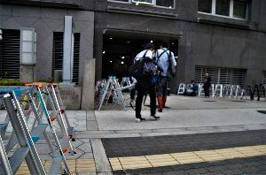 写真を撮る事が好きな関西人、珈琲をどうぞ… 大阪府警富田林署で留置中の樋田淳也容疑者(30)=強制性交、強盗致傷などの容疑で逮捕=が接見後に逃走
