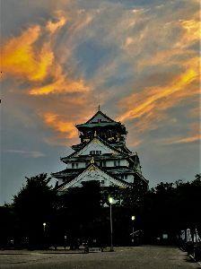 写真を撮る事が好きな関西人、珈琲をどうぞ… 大阪城、本丸の上空に兜の様な赤い雲が出ました。