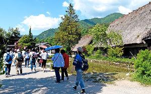 飯田下伊那地方の60歳以上の男女集まれ 世界遺産、白川郷へ行ってきました。 世界中からお客さんが来ていたようですが、 この日はかんかん照りで