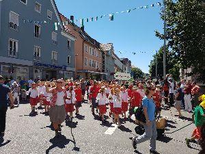 <ラウダ航空> 日曜日はFriedrichshafenの町でお祭りがあり、近隣から大勢の参加者がパレードをしていまし