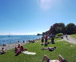 <ラウダ航空> 快晴で気温も30度を超えていたので、湖岸には日光浴をする人がたくさん。