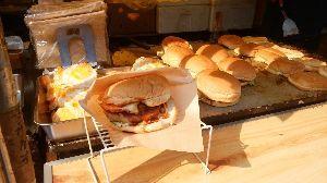 あなたはどっち? 夏祭りの屋台でのMS対決  M メガサイズの佐世保バーガー S スーパーボールすくい  味はどうだか