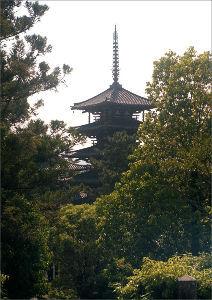 フイルムカメラ日記 (たまにデジカメ) 前のコメントと同じ日に、法隆寺五重塔。 逆光で丁度いい感じにもやっとした写真が出来ました。 ガラス玉