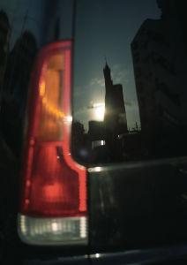 フイルムカメラ日記 (たまにデジカメ) 夕暮れ前の街角駐車場でちょっとシュールな写真。 MEsuper、私のものは長時間放置したあとでシャッ