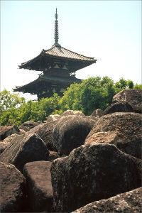 フイルムカメラ日記 (たまにデジカメ) 奈良の仏塔、法起寺 何年か前に行ったときに似たような写真を撮ったのを思い出しながら、 まだ岩石がたく
