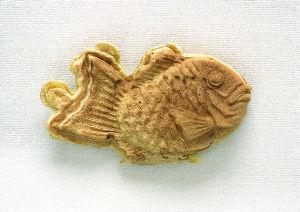 フイルムカメラ日記 (たまにデジカメ) 鯛焼き(価格\99-)を買ったら、 尾ひれについているバリの形が気に入って、 そのまま食べてしまうの