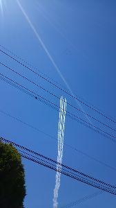 ☆熊本北部~福岡南部☆ 良く見ると白い飛行機雲の先にブルーインパルスが見えます。