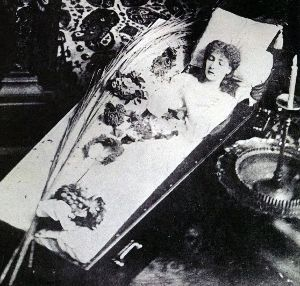 8306 - (株)三菱UFJフィナンシャル・グループ サラ・ベルナールは棺桶で寝るのが好きだったとか。 豪華な棺桶作らせて日々使ってたらしいけど 晩年には