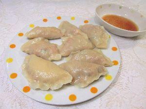 変かもしれないけど美味しい料理  [ キムチ水餃子 ]  キムチと白菜の漬物を入れた餃子を作りました。  他の中身は挽肉、シイタケ、
