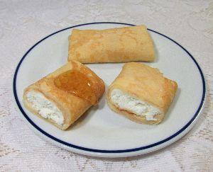 変かもしれないけど美味しい料理 [ クレープ包み焼き(ブリンツ) ]  クレープでフレッシュチーズ・サワークリームを包み、フライパン