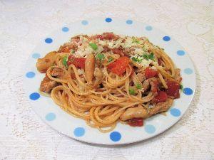 変かもしれないけど美味しい料理 [ アマトリチャーナ風チキン・トマト・パスタ ]  鳥皮と鶏もも肉の切り落としを使って、豚トロの塩漬