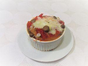変かもしれないけど美味しい料理 [ 鯖味噌煮缶のチーズ焼き ]   缶詰のサバ味噌煮をココットにそっと移し、 玉ねぎ、缶に残ったスー