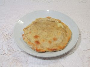 変かもしれないけど美味しい料理  [ チーズ・チャパティ ]  餃子の皮の残りを活用しました。  餃子の皮の生地は、中力粉10(ある