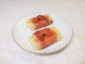 変かもしれないけど美味しい料理 [ ベーコン焼餅 ]  切り餅にベーコンを巻いてから、フライパンでジュージュー餅が柔らかくなるまで焼