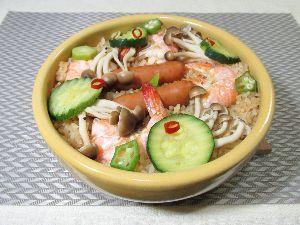 変かもしれないけど美味しい料理 [ パエリア風ピラフ ]  水に浸して水切りしたお米をギーで炒め、ビビンバ鍋に入れ、具材を並べ、トム