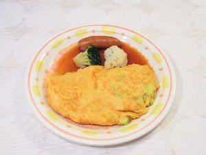 変かもしれないけど美味しい料理 [ ねぎオムレツ 甘酢醤油掛け ]  ねぎの小口切りをたくさん入れたオムレツを作りました。  中の卵