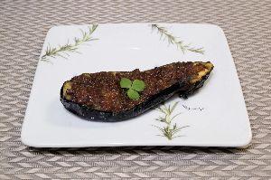 変かもしれないけど美味しい料理  [ ナスのキーマカレー田楽 ]  あらかじめ油で揚げた半割りのナスにキーマカレーをのせ、オーブンで