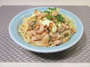 変かもしれないけど美味しい料理 [ カンボジア風鳥肉とキャベツのサラダパスタ ]  古くから日本で東南アジア料理の定番として親しまれ
