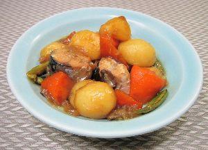 変かもしれないけど美味しい料理 [ 鯖じゃが ]  鯖の水煮缶を使い、肉じゃが風にしました。  野菜を炒め、ダシ汁、醤油、酒、みりん