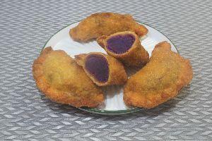 変かもしれないけど美味しい料理 [ 紫芋揚げ餃子 ]  カボチャとポテトと強力粉を練った皮で市販の紫芋のペーストを包み、揚げました。