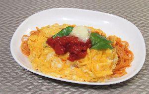 変かもしれないけど美味しい料理 [ オムパスタ ]  パスタにオムレツをのせました。  トマトソースはトマト缶にオリーブオイル、赤ワ