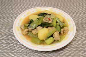 変かもしれないけど美味しい料理  [ 鶏肉と小松菜のカレー ]   ミャンマー西部に住むのチン族の料理の日本バージョンです。  材料