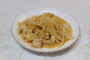 変かもしれないけど美味しい料理 [ 鳥皮とモヤシの酢味噌和え ]  鳥皮とモヤシをサッと茹でて、冷水をくぐらせ、酢味噌で和えました。