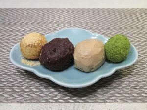 変かもしれないけど美味しい料理  [ おはぎ風だまこ餅 ]  だまこ餅にきな粉、あんこ、栗のペースト、青のりで覆いおはぎ風にしました