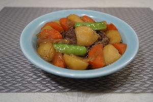 変かもしれないけど美味しい料理 [ 肉じゃが ]  函館牛切り落としを使って肉じゃがを作りました。カレーと同じ要領で、旨み醤油出汁(