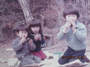 しりとり川柳しよう♪ おべんとう       ちかくのやまへ               ピクニック  我が子2人と義兄の