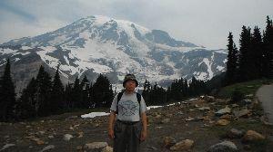 車中泊での旅のノウハウ シアトルの南東にある活火山、4400メートルあります、頂上1000メートルは氷河によって削られた、元