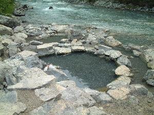 車中泊での旅のノウハウ 私もよく自然温泉に行きます、BC州には200箇所あるという、ネイティブが管理するところは5ドル取りま
