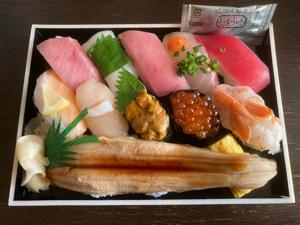 9861 - (株)吉野家ホールディングス 牛丼も良いけど寿司もいいゾ 優待期限今日までだったから替えてきた 持ち帰り寿司に力を入れて欲しいせめ