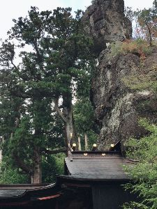 耶馬渓MC倶楽部(やばけいMCくらぶ) 榛名神社 あの岩が何百年も落ちなかったのが不思議です。 御姿岩というらしいですから、仏様の首が落ちる