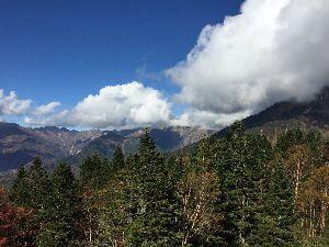 耶馬渓MC倶楽部(やばけいMCくらぶ) 新穂高ロープウェイ頂上駅からの眺め 雲の中にかすかに槍ヶ岳が見えます。40年前にはあそこまで登れたん