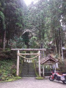 オフトコ 高千穂町秋元神社に行きました。 国土を守る神様で国家安康を祈りました。 桜は勿論のこと、岩ツツジもよ