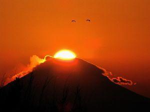 写真、楽しんでいますか~Part2 今日は冬至。この時季高尾山山頂や立川昭和記念公園入り口付近で、富士山の頂上に日が沈むのが見られます。