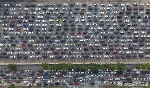 日中関係 正月明け、中国の人気旅行先海南島で全国各地の数十万人の旅行者は悪天候で計画通りに帰らない、交通渋滞二