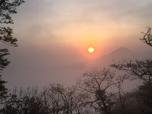高尾山 ただいま~ お天気に恵まれ、最高の山でした。  青が岳山荘はよかったですよ こたつに入り、山の話を聞