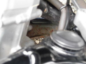 RC42型のCB750 スイングアームの前のマフラーの左右のジィントの錆、その前のマフラーのステー部分の錆をどうすれば 落と