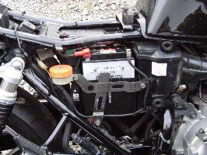 RC42型のCB750 マキシマバイクのバツテリーMB14-A2届きました、液を注入して充電器で充電しました。 16.4vで