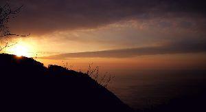(*^^)ゆっくり、のんびり、マイペース♪ 曇っていて寒い朝です~(@△@;;  お告げ~ 彡御見通し槃彡 ・△△▼△  晴れた日の日の出彡