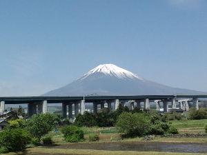 昭和11年生まれの方 お早う御座いますーー今朝は曇っているのに富士はお出ましでしたーーやはり富士には雪ですねーー前に伸びる