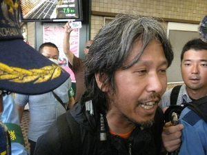 風に吹かれて 警察に取り押さえられる乞 食のような神奈川新聞・石橋学記者!! 恥ずかしいのう(^0^) こいつも在