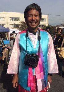 風に吹かれて 反日神奈川新聞の石橋学は恥を知れ!  これが朝鮮民族衣装を着てご満悦の石橋学(大笑い)