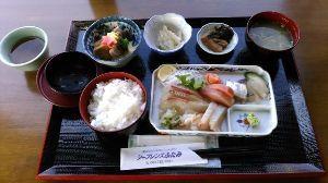 山口よりトコトコ走り隊 ブルーライン二見漁港前の刺身定食(1100円)、刺身は美味い!!ご飯・味噌汁はお代わりできました^^