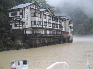 温泉へ行こう!! お盆休みに富山県南砺市にある大牧温泉に行ってきました。 こちらの温泉は船でしか行けない温泉です。